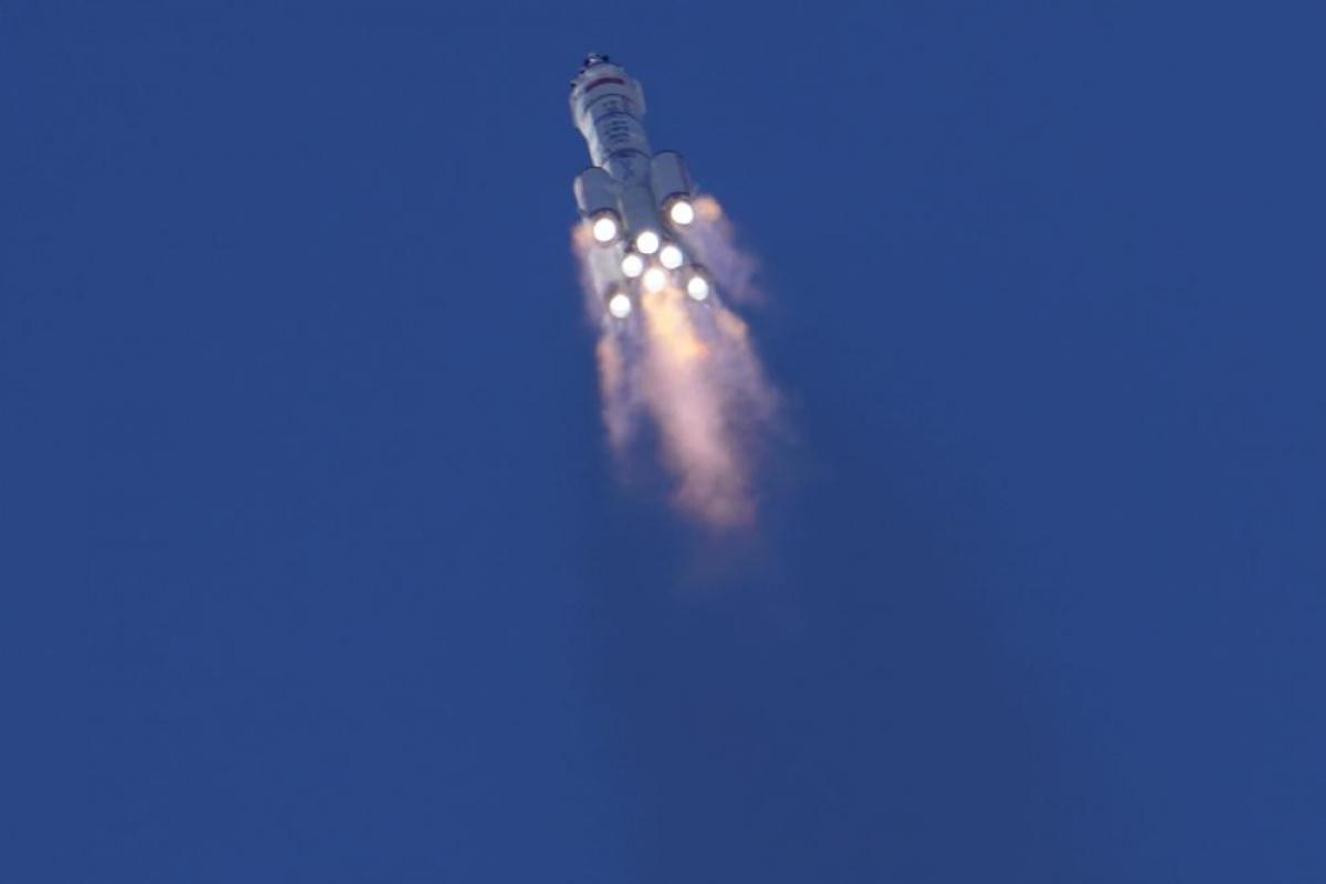 Tên lửa đẩy Trường Chinh-2F Y12 đưa tàu vũ trụ có người lái Thần Châu-12 lên không gian từ Trung tâm phóng vệ tinh Tửu Tuyền ngày 17/6/2021, lần đầu tiên đưa người lên trạm vũ trụ. Ảnh: AP