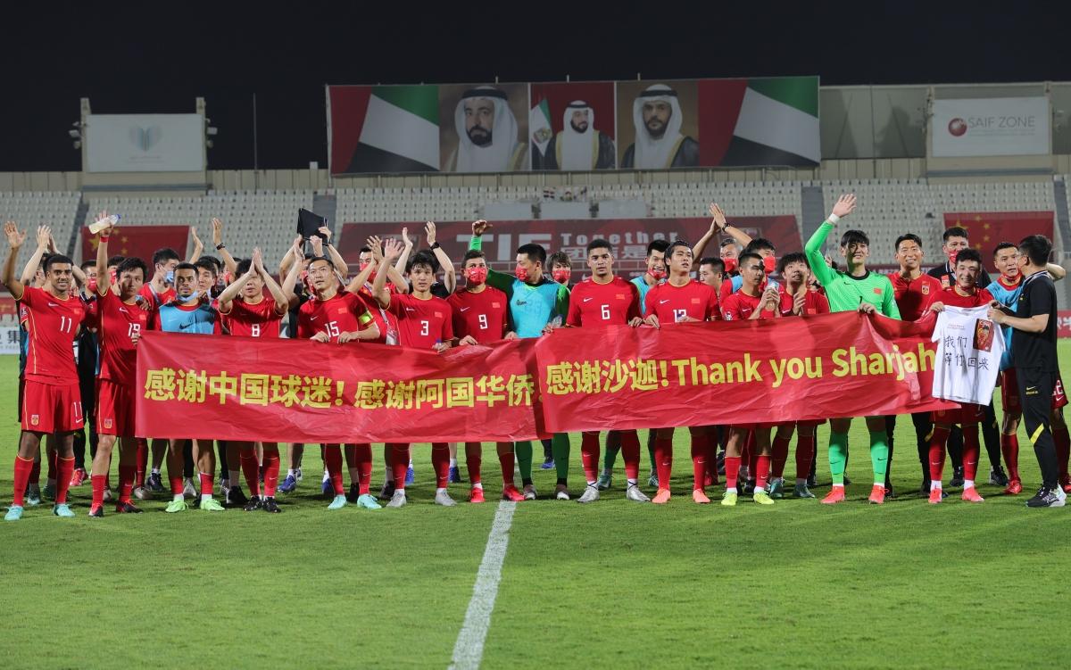 ĐT Trung Quốc tri ân CĐV sau khi giành vé dự vòng loại cuối cùng World Cup 2022. (Ảnh: Reuters).