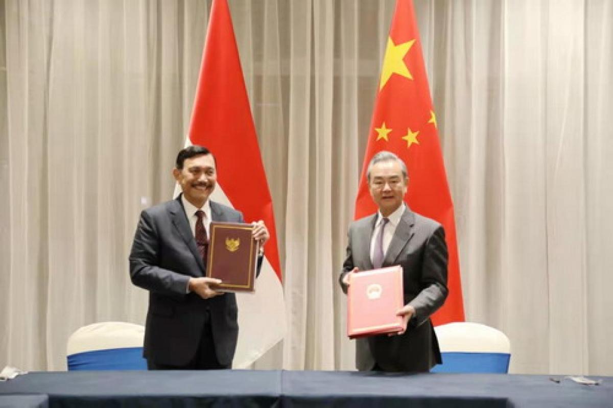 Ngoại trưởng Trung Quốc Vương Nghị (phải) và Đặc phái viên Tổng thống Indonesia phụ trách hợp tác với Trung Quốc Luhut. Ảnh: Bộ Ngoại giao Trung Quốc