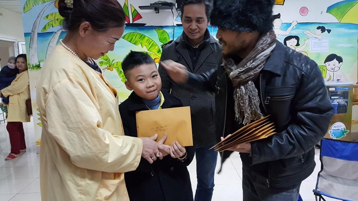 Một hình ảnh đẹp: Nghệ sĩ Trần Lập, thủ lĩnh của ban nhạc Bức Tường, trao quà cho các em nhỏ bị ung thư vào tháng 1/2016. Anh cũng là một bệnh nhân ung thư, sau đó ra đi vào tháng 3/2016