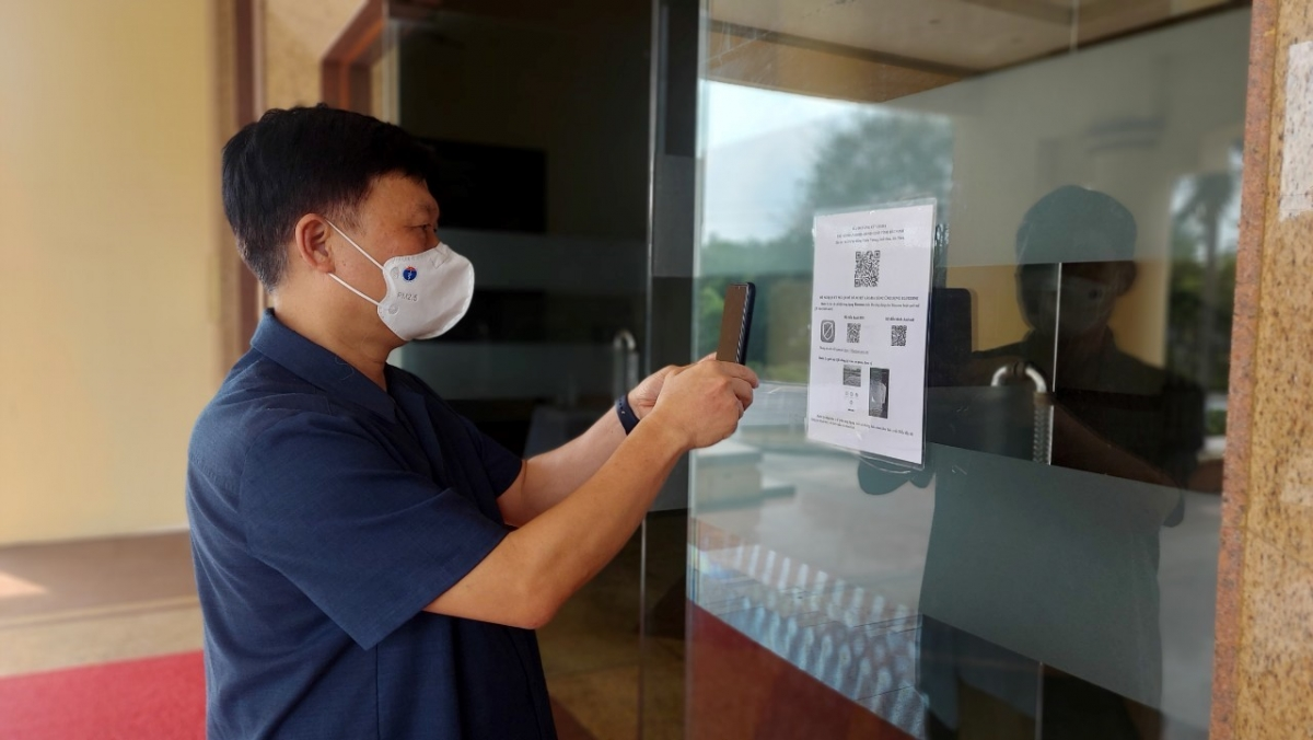 PGS.TS Trần Quý Tường thử check-in bằng QR Code tại một trụ sở ở Bắc Ninh.