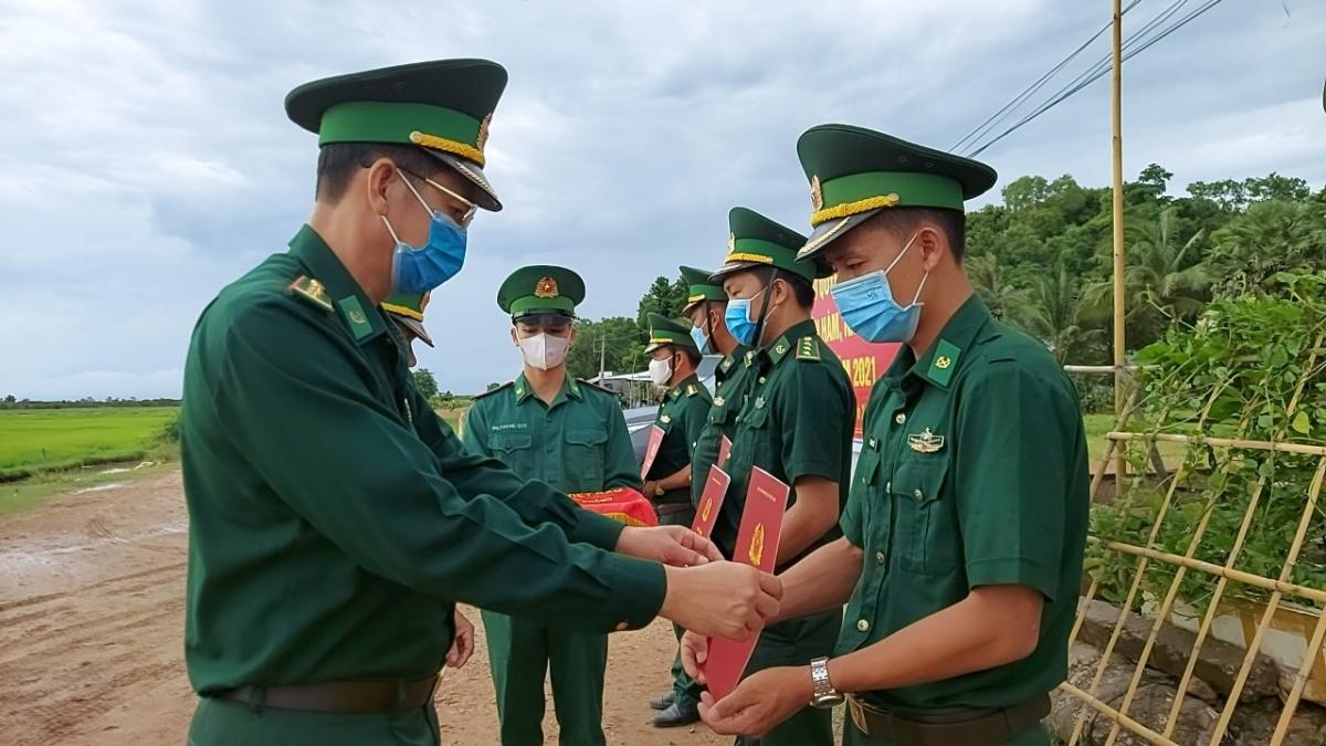 Đại tá Huỳnh Văn Đông - Bí thư Đảng ủy - Chính ủy Bộ đội Biên phòng tỉnh Kiên Giang trao quyết định thăng quân hàm sỹ quan tại các chốt phòng chống dịch.
