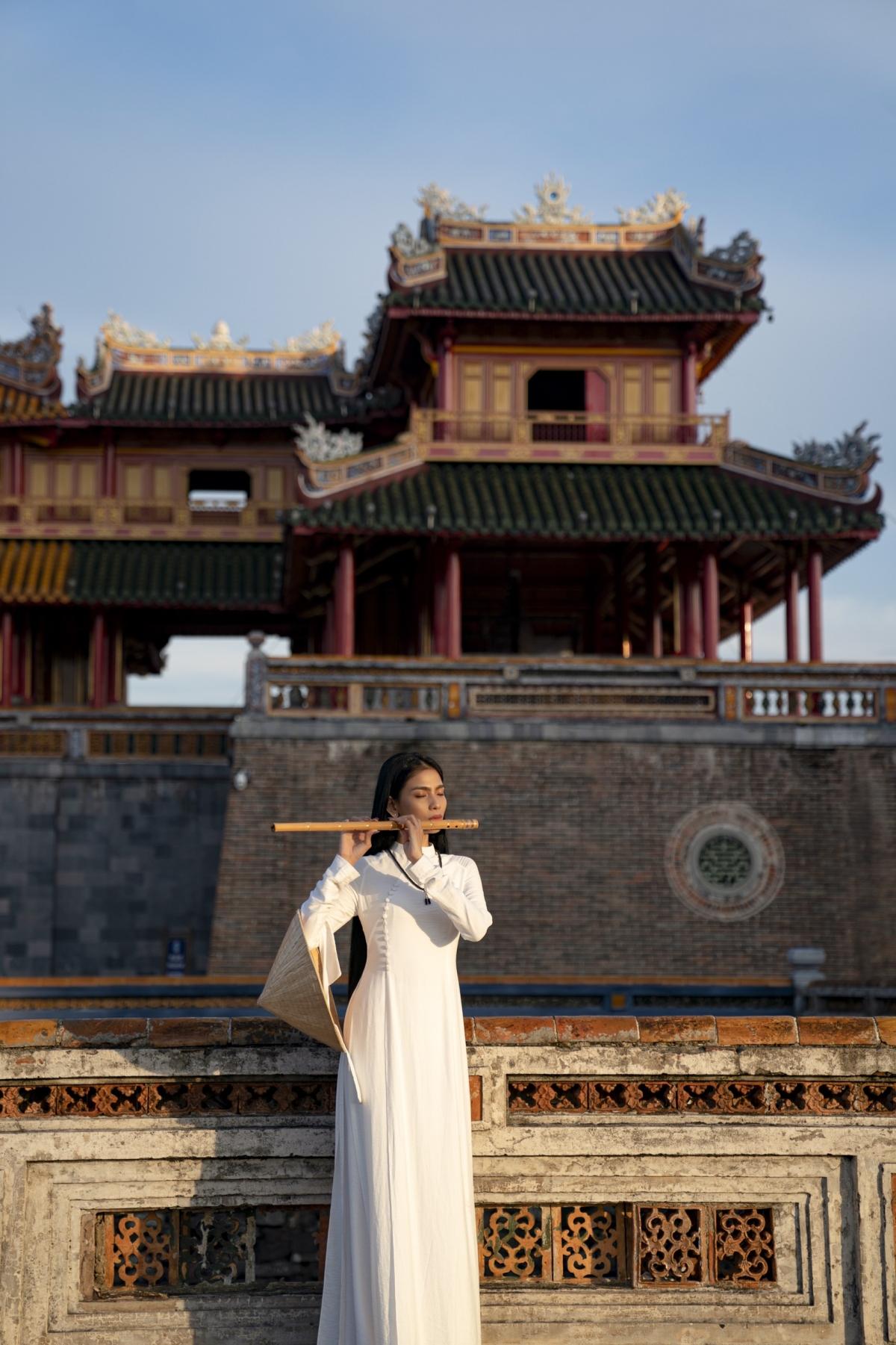 Trong một chuyến công tác gần đây tại Huế, á hậu Trương Thị May đã có dịp thăm và vãng cảnh tại kinh thành Huế, một trong những địa điểm nổi tiếng nhất cố đô Huế.