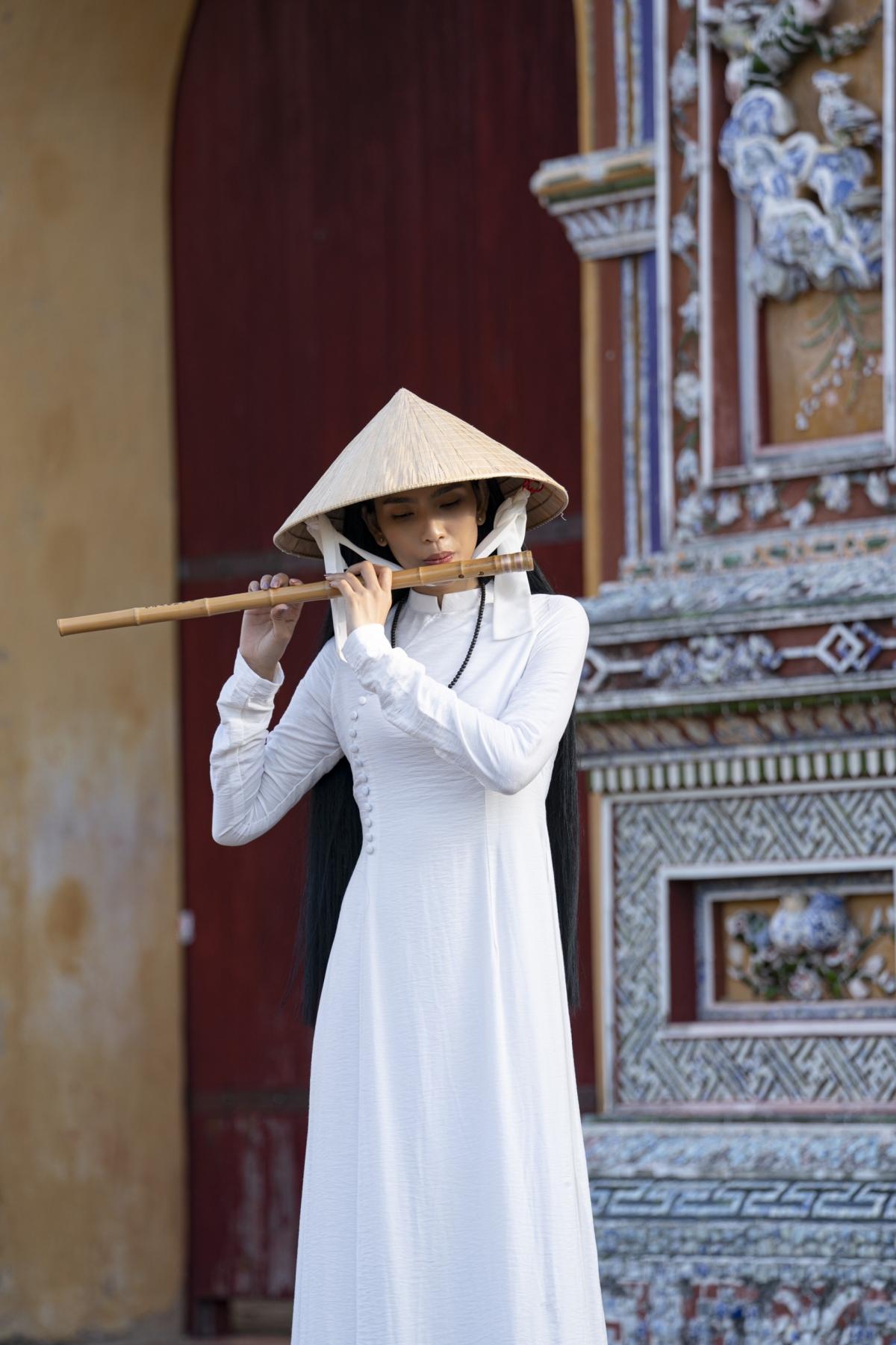 Trương Thị May dạo bước từ cổng Ngọ Môn đến Hoành Thành Huế, cô thích thú những kiến trúc độc đáo của nhà Nguyễn từ mấy trăm năm trước.
