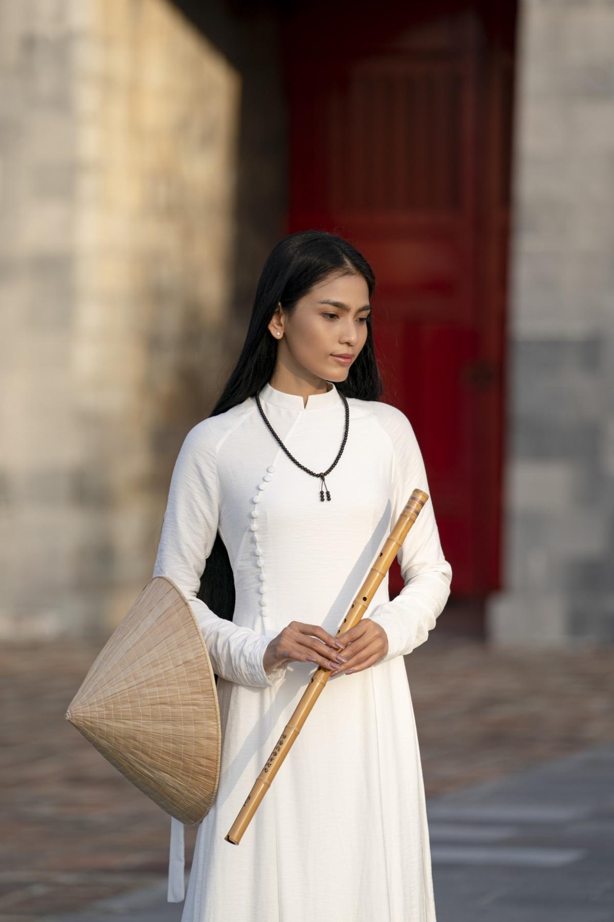 Trong ánh nắng của một buổi chiều tại nơi ghi lại nhiều dấu tích thăng trầm của lịch sử, cùng vẻ đẹp huyền bí của Trương Thị May đã tạo nên những khoảnh khắc đẹp mắt.