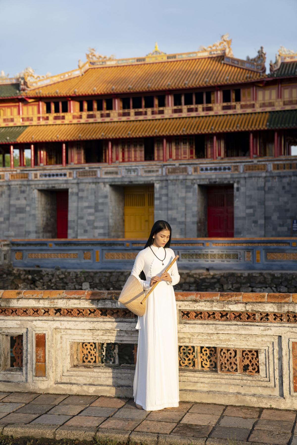 Mái tóc dài mượt mà xõa tự nhiên của cô cũng được nhiều người khen ngợi bởi sự thướt tha, đầm thắm…mang dáng dấp của người phụ nữ Việt xưa.