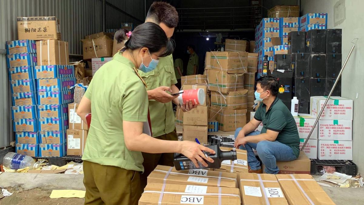 Hàng hoá tại cơ sở chủ yếu là nguyên liệu chế biến đồ uống, đặc biệt là nguyên liệu chế biến trà sữa như chân trâu; siro hương vị đường đen và đường nâu, bột pha trà sữa mang thương hiệu royal tea, gongcha...