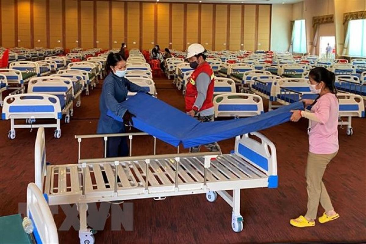Bố trí giường bệnh bên trong một bệnh viện dã chiến điều trị cho bệnh nhân Covid-19 tại Phnom Penh. (Ảnh: AFP/TTXVN)