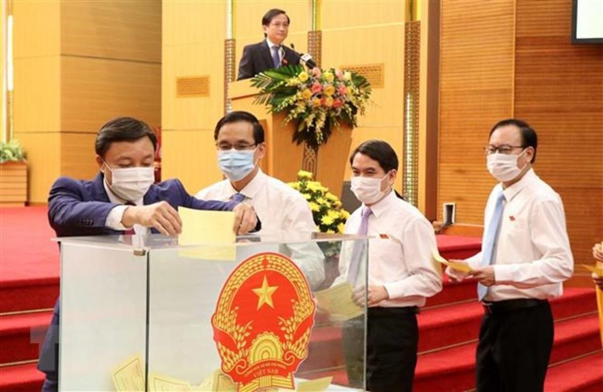 Các đại biểu bỏ phiếu bầu các chức danh HĐND và UBND tỉnh và hội thẩm TAND tỉnh, nhiệm kỳ 2021-2026 theo luật định. (Ảnh: Trung Kiên/TTXVN)