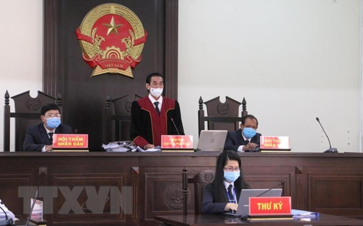 Thẩm phán, chủ tọa phiên toà tuyên án. (Ảnh: TTXVN)