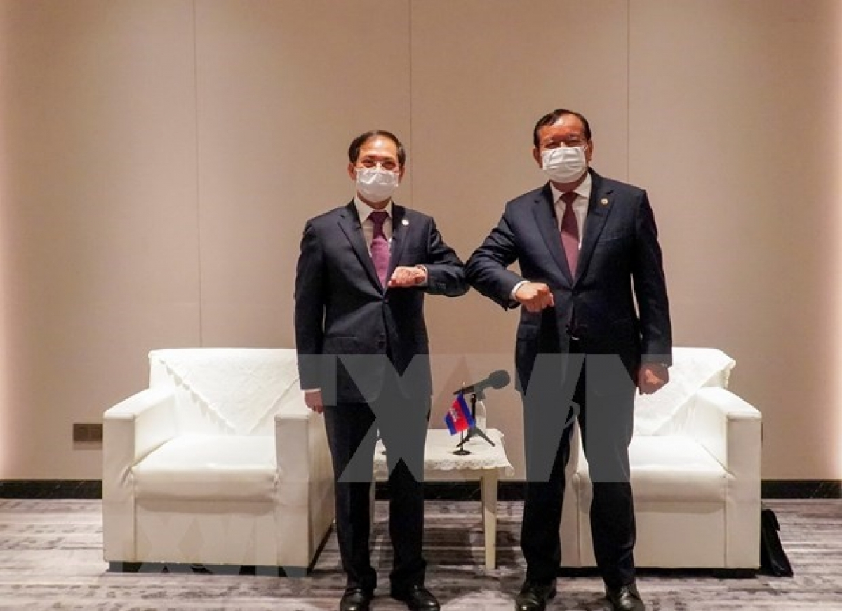 At the meeting between Cambodian Deputy Prime Minister and Foreign Minister Prak Sokhonn (R) andVietnamese Foreign Minister Bui Thanh Son
