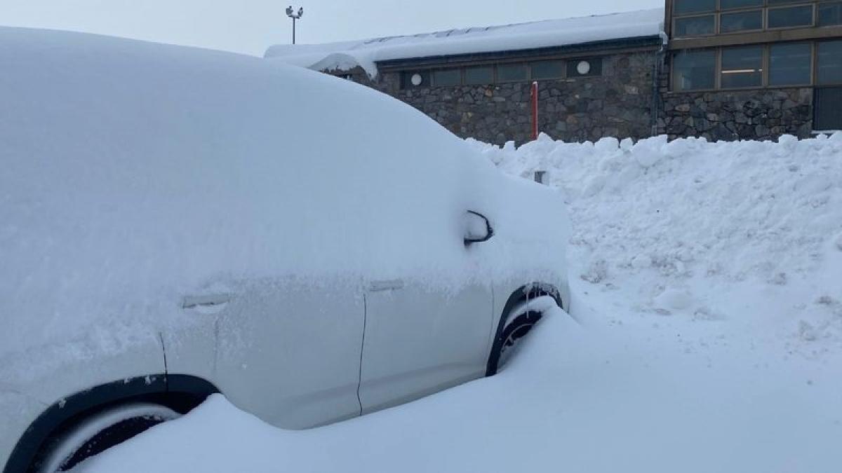 Tuyết rơi phủ kín một chiếc xe ô tô tại khu vực Trung Tây của bang New South Wales, Australia. Ảnh: 9News.