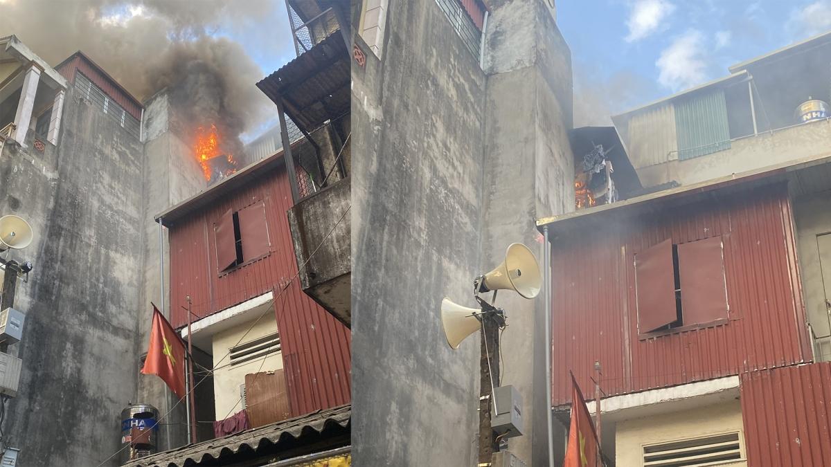 Ngọn lửa bốc cháy trên tầng tum của ngôi nhà.