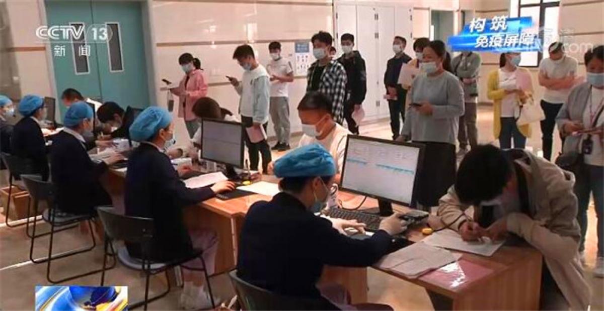 Người dân Trung Quốc xếp hàng tiêm vaccine Covid-19. Ảnh: CCTV