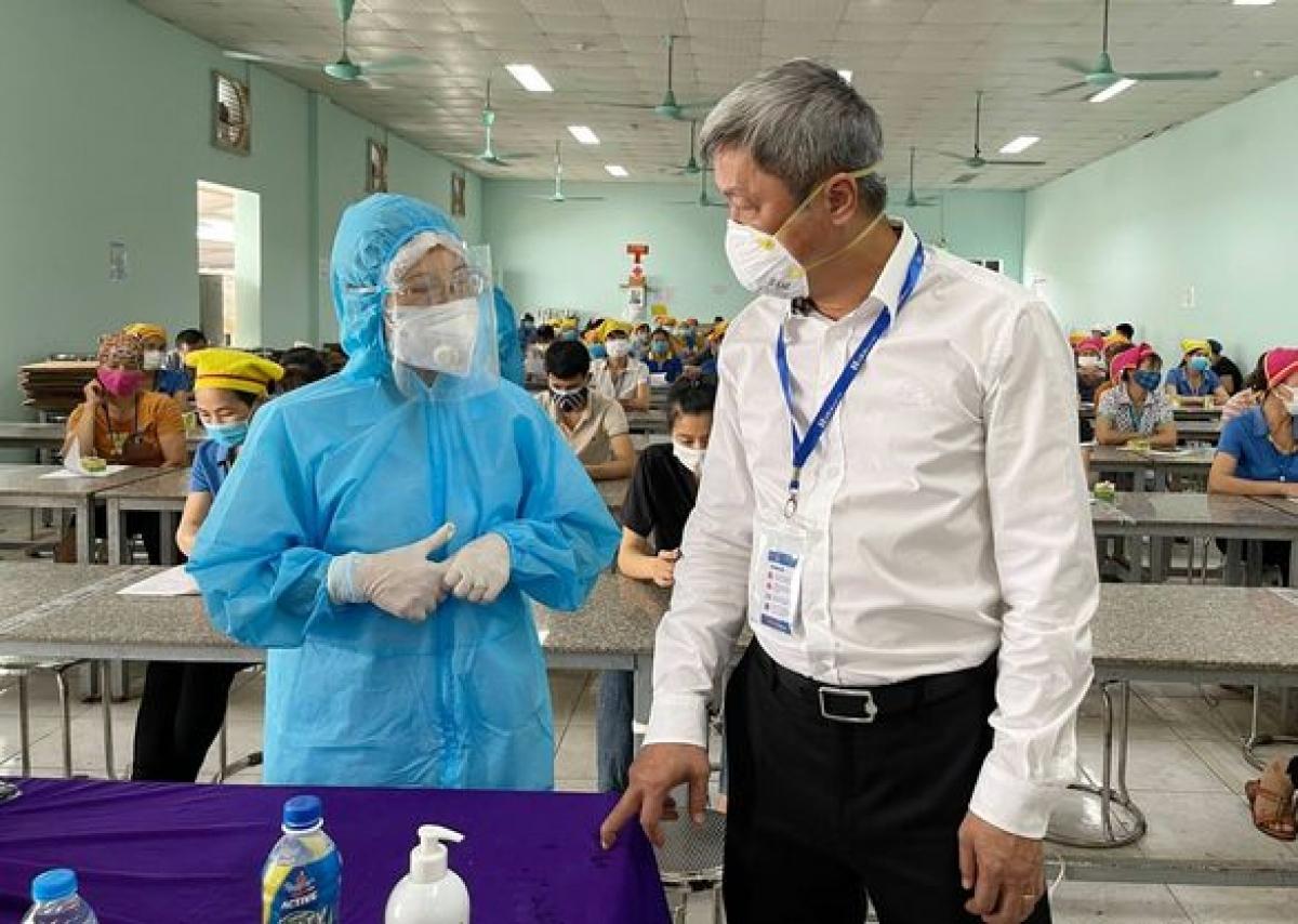 Thứ trưởng Bộ Y tế Nguyễn Trường Sơn kiểm tra công tác tiêm vaccine cho công nhân tại huyện Tân Yên, tỉnh Bắc Giang. (Ảnh: Đức Duy)