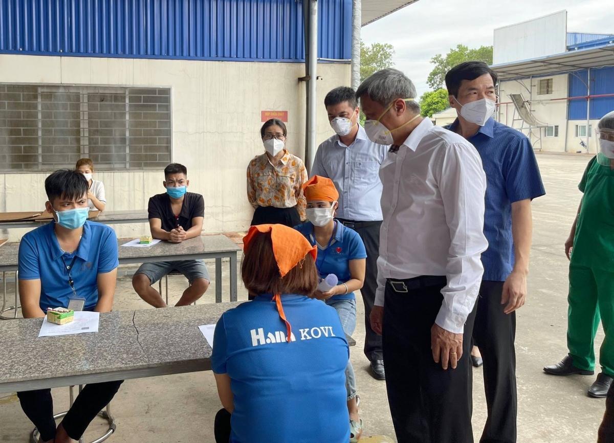 Thứ trưởng Nguyễn Trường Sơn thăm hỏi, dặn dò các nhân viên tiêm chủng cần chú ý đảm bảo an toàn trong quá trình tiêm vaccine. (Ảnh: Đức Duy)