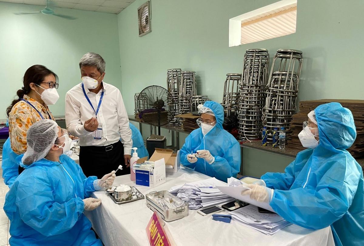 Thứ trưởng Nguyễn Trường Sơn dặn dò các công nhân được tiêm vaccine tại Công ty TNHH Hana Kovi Việt Nam. (Ảnh: Đức Duy)