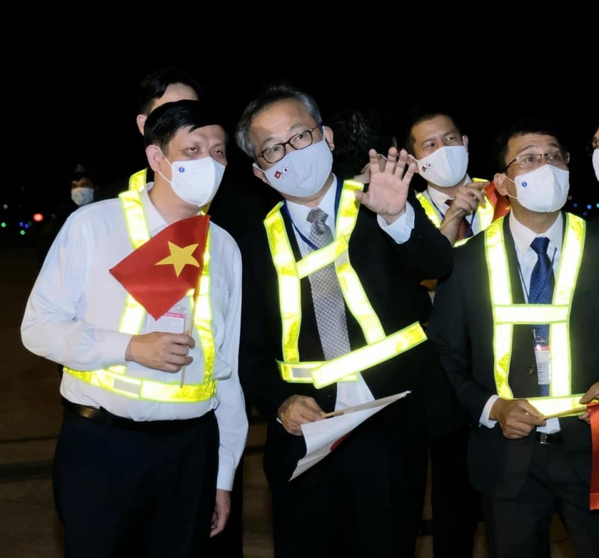 GS Nguyễn Thanh Long cùng Đại sứ Nhật Bản tại Việt Nam có mặt tại sân bay Nội Bài để đón lô vaccine này. (Ảnh: Trần Minh)