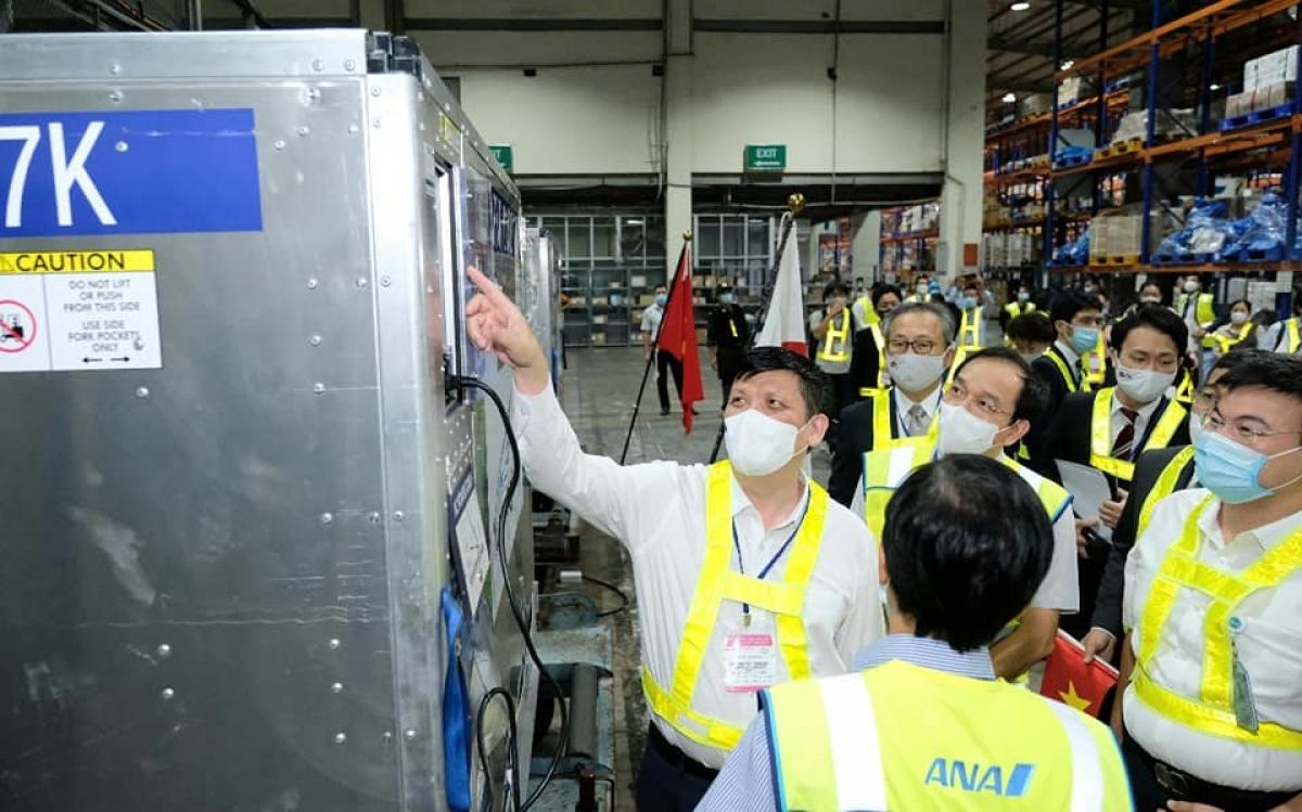 Lãnh đạo Bộ Y tế cùng Đại sứ Nhật Bản tại Việt Nam kiểm tra lô vaccine khi vừa tới sân bay Nội Bài. (Ảnh: Trần Minh)
