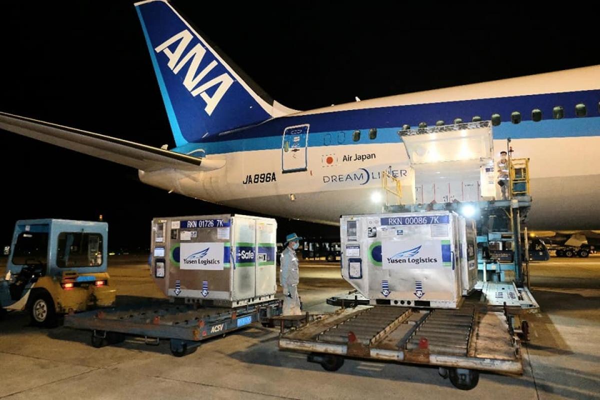 Gần 1 triệu liều vaccine của Chính phủ Nhật Bản tặng đã về tới sân bay Nội Bài. (Ảnh: Trần Minh)
