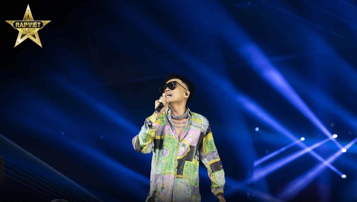 """Wowy thể hiện ca khúc """"Hướng dương"""" trên sân khấu Rap Việt concert."""