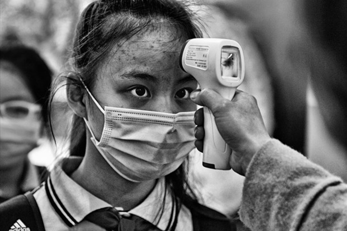 """""""Do than nhiet"""" (body temperature check) by Viet Van (Photo: laodong.vn)"""