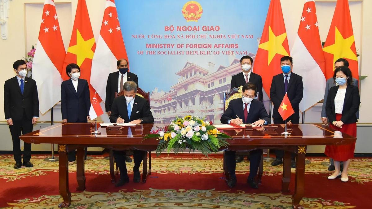 Hai Bộ trưởng Ngoại giao ký Thỏa thuận hợp tác về đào tạo cho cán bộ cao cấp của Đảng Cộng sản Việt Nam giai đoạn 2021-2023.