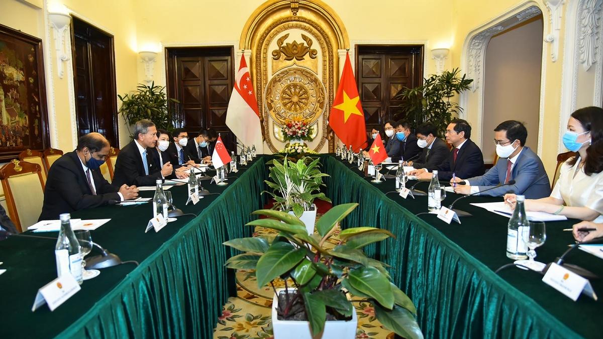 Bộ trưởng Ngoại giao Bùi Thanh Sơn đã hội đàm với Bộ trưởng Ngoại giao Singapore Vivian Balakrishnan.