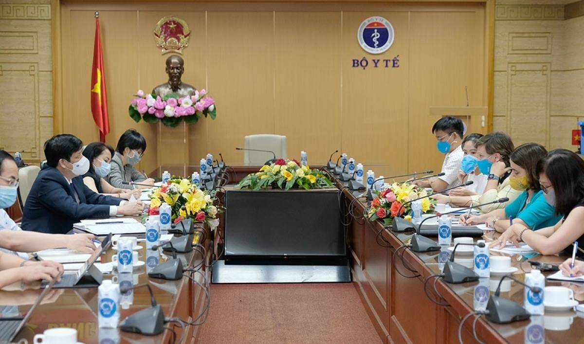 Health Minister Nguyen Thanh Long proposes that the UNICEF support an early delivery of the next batch of COVAX Facility sponsored COVID-19 vaccines to Vietnam, during a working session with UNICEF Vietnam representative Rana Flowers on June 9.
