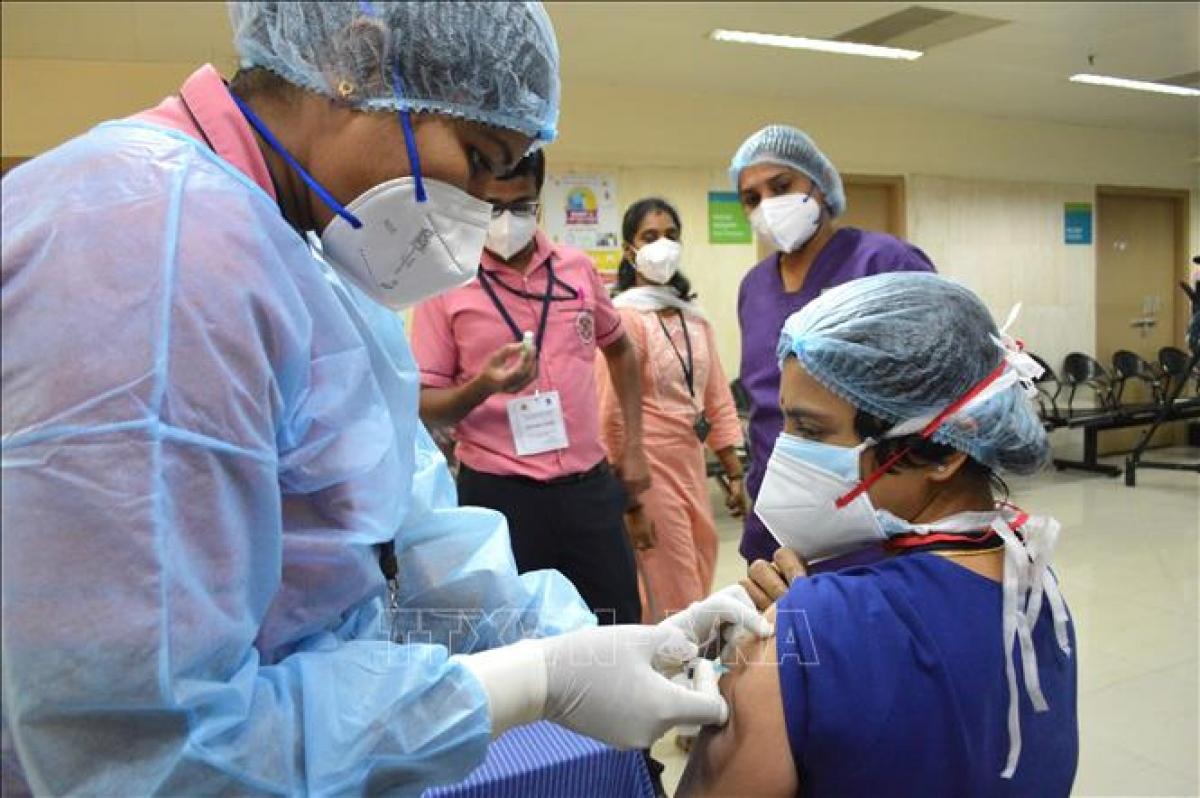Tiêm vaccine tại Ấn Độ. (Ảnh: AP)