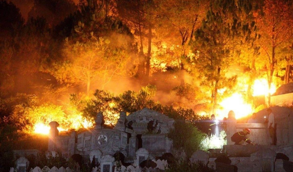Một vụ cháy rừng ở tỉnh Thừa Thiên Huế do người dân sử dụng lửa bất cẩn trong thắp hương viếng mộ.