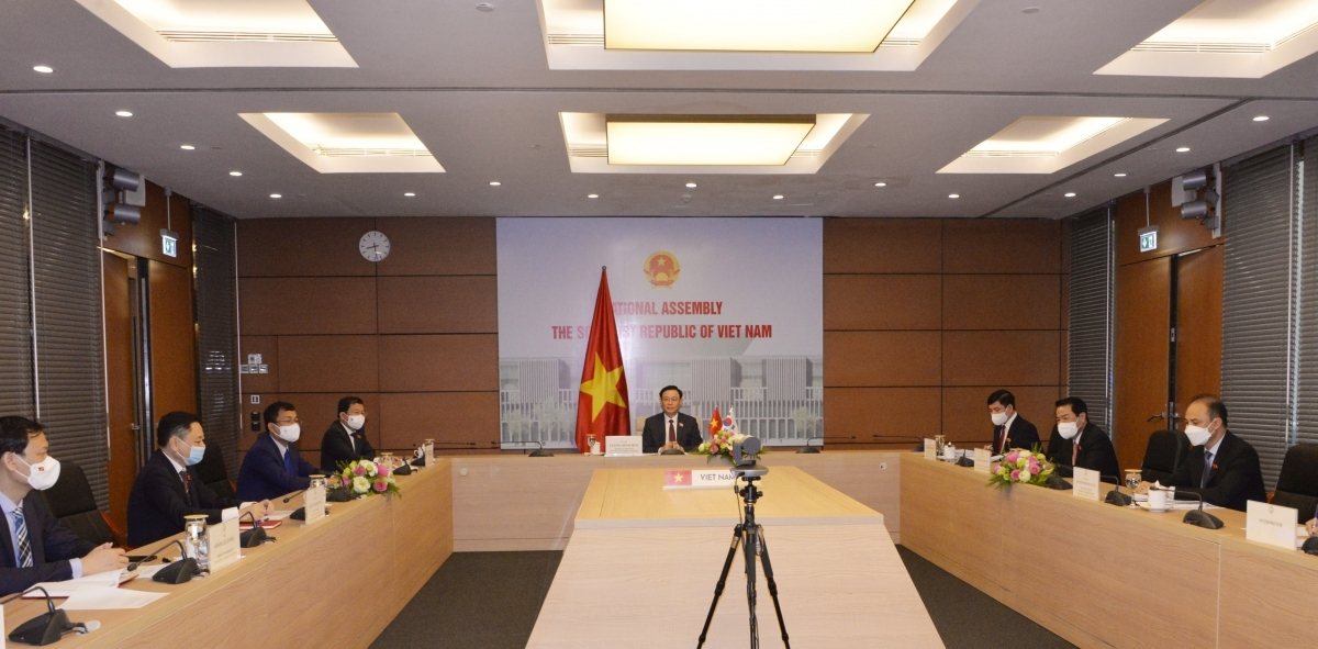 NA Chairman Vuong Dinh Hue and other officials participating in the talks from Hanoi
