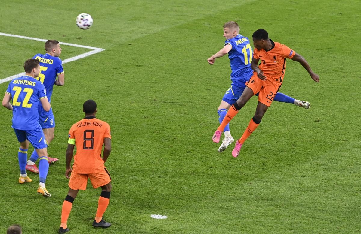 Tuy nhiên, Hà Lan đã có bàn thắng quyết định ở phút 85 khihậu vệDumfries bật cao đánh đầu dũng mãnh tung lưới Ukraine.