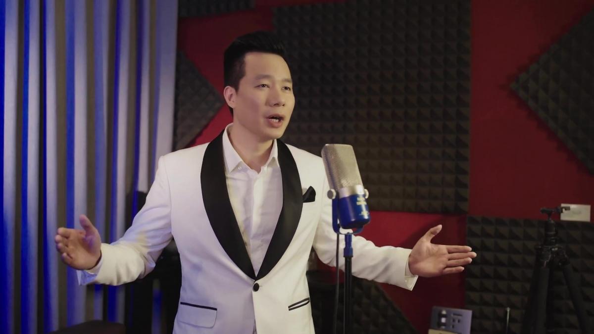 """Ca sĩ Xuân Hảo là người thể hiện ca khúc """"Toàn dân đoàn kết chống dịch""""."""