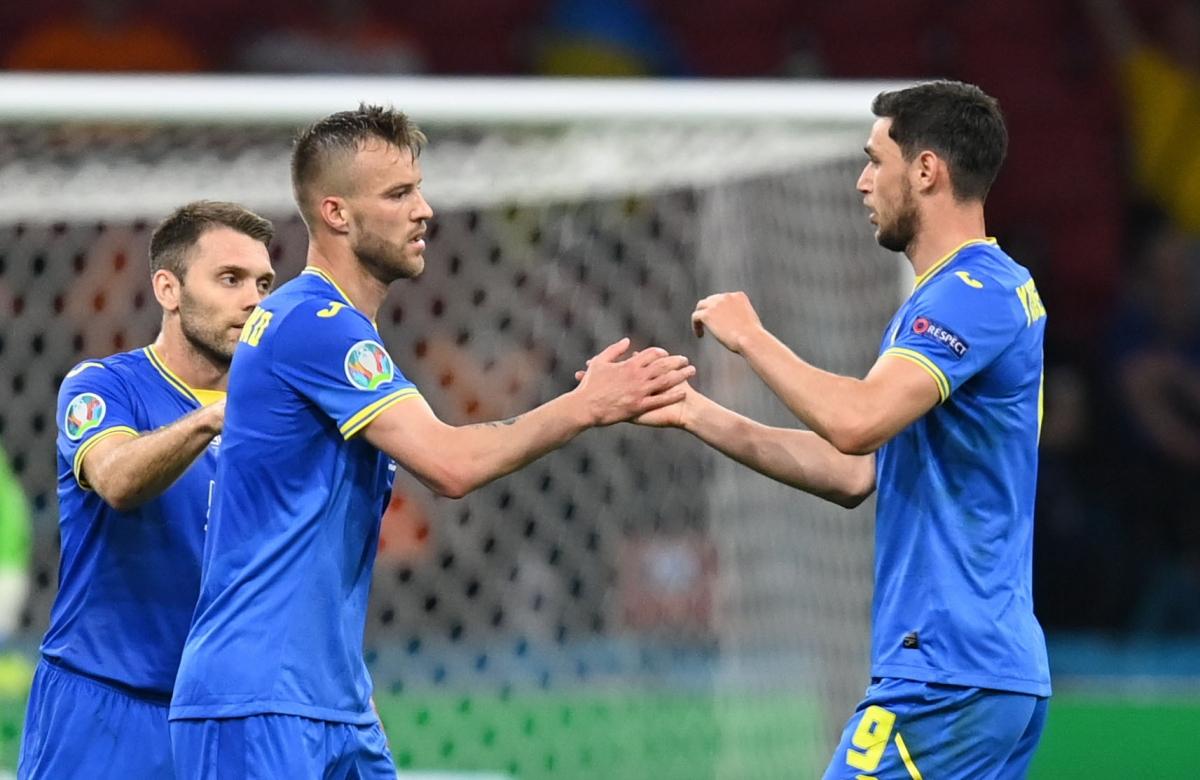 Phút 75, nỗlực cá nhân với pha đi bóng và dứt điểm hiểm hóc của Yarmolenko đã giúp Ukraine rút ngắn tỷ số xuống còn 1-2.