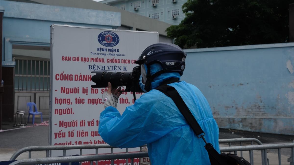 Phóng viên báo điện tử VOV tác nghiệp tại khu vực phong tỏa Bệnh viện K cơ sở Tân Triều.