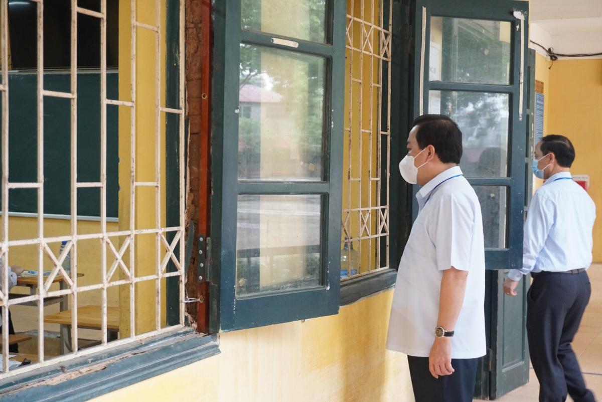Ông Chử Xuân Dũng, Phó Chủ tịch UBND thành phố Hà Nội kiểm tra phòng thi tại điểm thi Trường THPT Sóc Sơn (huyện Sóc Sơn).