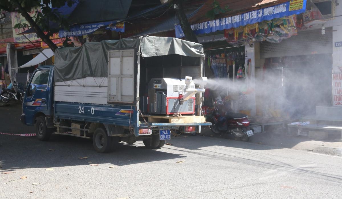Phun khử khuẩn khu vực chợ Cốc Lếu - nơi ca bệnh từng đặt chân đến.