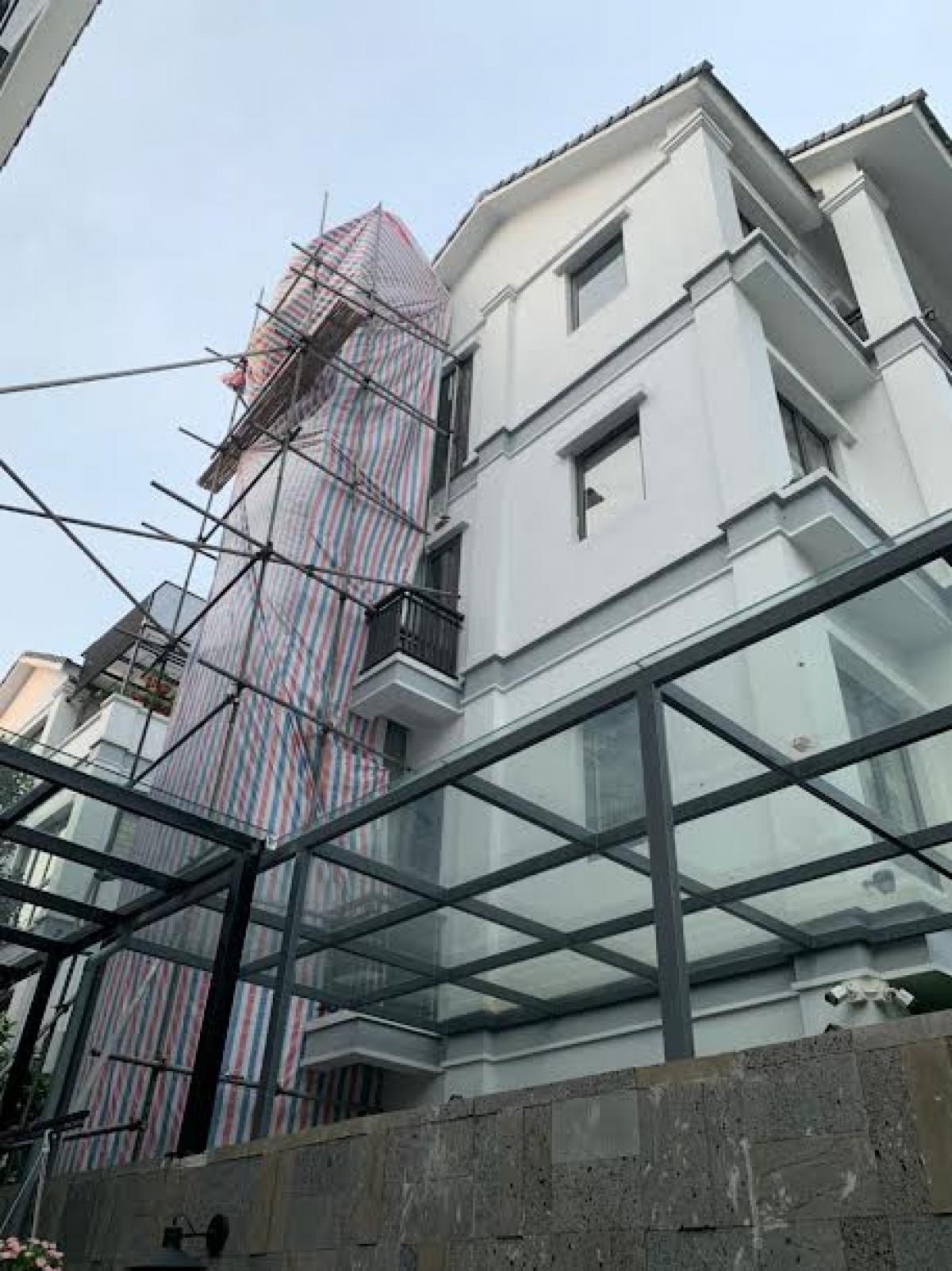 Căn hộ trong Khu đô thị Gamuda Gardens tự ý dựng thang máy trái phép ngoài khoảng lưu không.