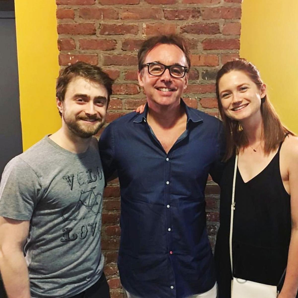 """Tháng 7/2016, Bonnie Wright tái hợp với tình yêu trên màn ảnh của cô, Daniel Radcliffe, ở hậu trường vở kịch """"Privacy"""" của anh ấy. """"Tái hợp! Chúc mừng Dan về một màn trình diễn xuất sắc khác"""", cô chú thích cho bức ảnh."""