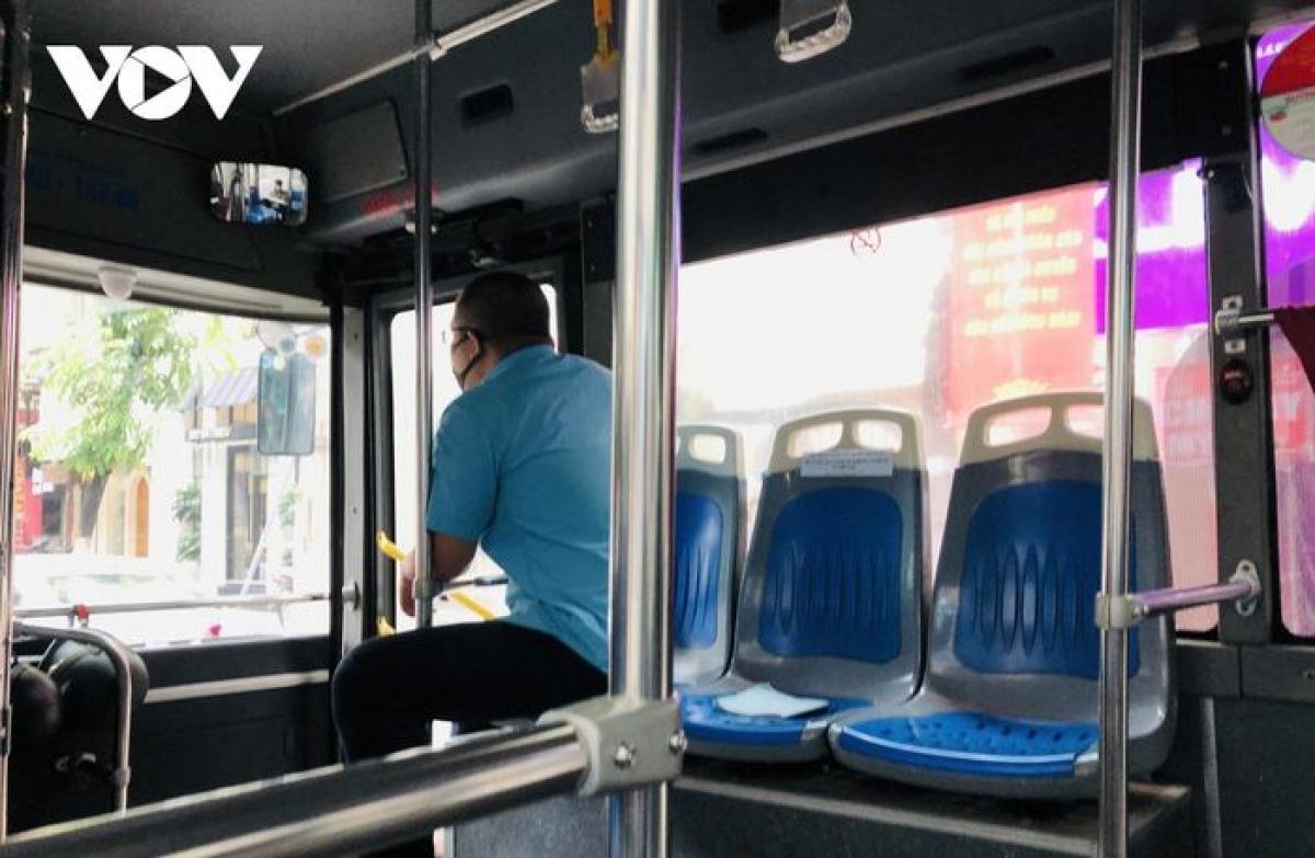 Đề xuất xét nghiệm toàn bộ lái xe, nhân viên soát vé xe buýt Hà Nội.