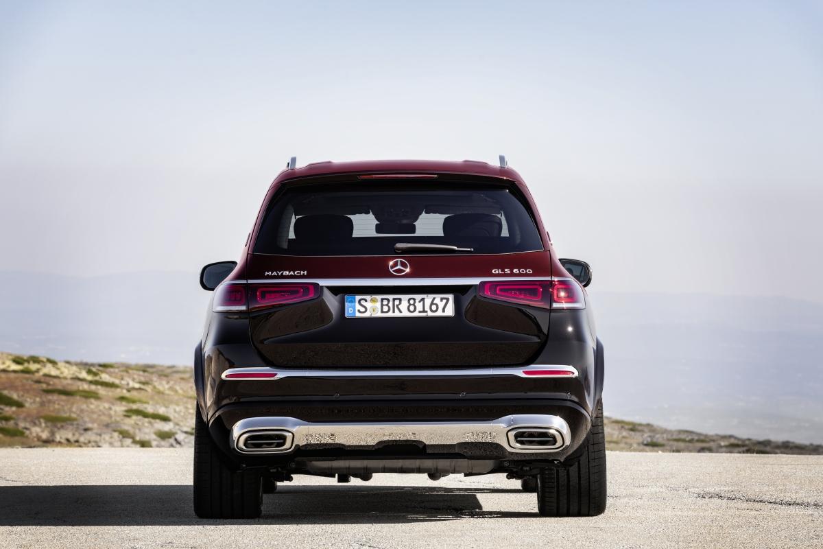 Đuôi xe vẫn tạo được sự sang trọng thông qua những điểm nhấn là các miếng ốp, viền trang trí mạ Chrome sáng bóng, cụm đèn hậu cho thấy sự đồng nhất của Mercedes dành cho các SUV, tạo cái nhìn quen thuộc cho khách hàng.