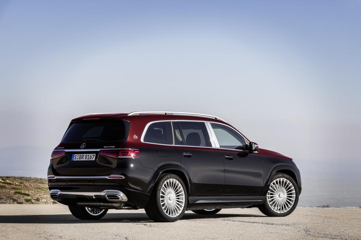 Nhìn từ hai bên, chiếc Mercedes-Maybach GLS sở hữu cột B mạ chrome liền khối, qua đó nhấn mạnh phần không gian hào phóng dành cho hàng ghế thương gia phía sau. Được xây dựng dựa trên khung gầm cỡ lớn của Mercedes-Benz GLS, SUV Maybach cung cấp không gian khoang cabin rộng rãi cho 4 người, đặc biệt với 2 ghế thương gia. Thiết kế mâm xe 23 inch đa chấu tạo ra hình ảnh trang trọng, quyền uy nhưng vẫn hiện đại.