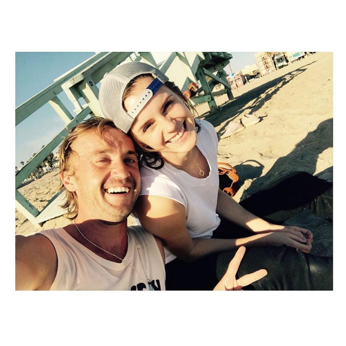 """Tháng 11/2018, Emma Watson chia sẻ một bức ảnh tự sướng trên bãi biển với Felton, để quảng bá cho chương trình Origin trên Youtube của nam diễn viên. Cô viết: """"Chúc mừng bạn yêu""""."""