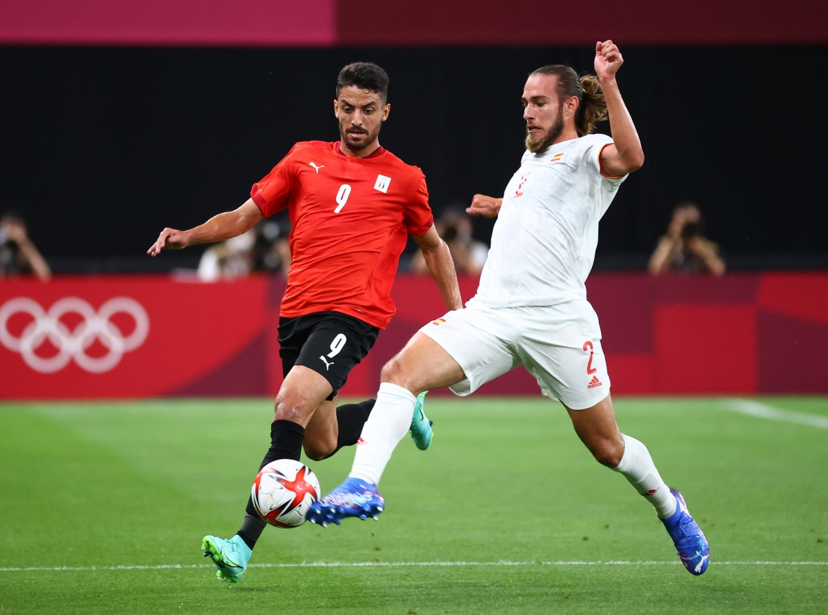 Olympic Tây Ban Nha gặp thiệt thòi về nhân sự khi Miguenza chấn thương phải rời sân vì chấn thương. (Ảnh: Reuters).