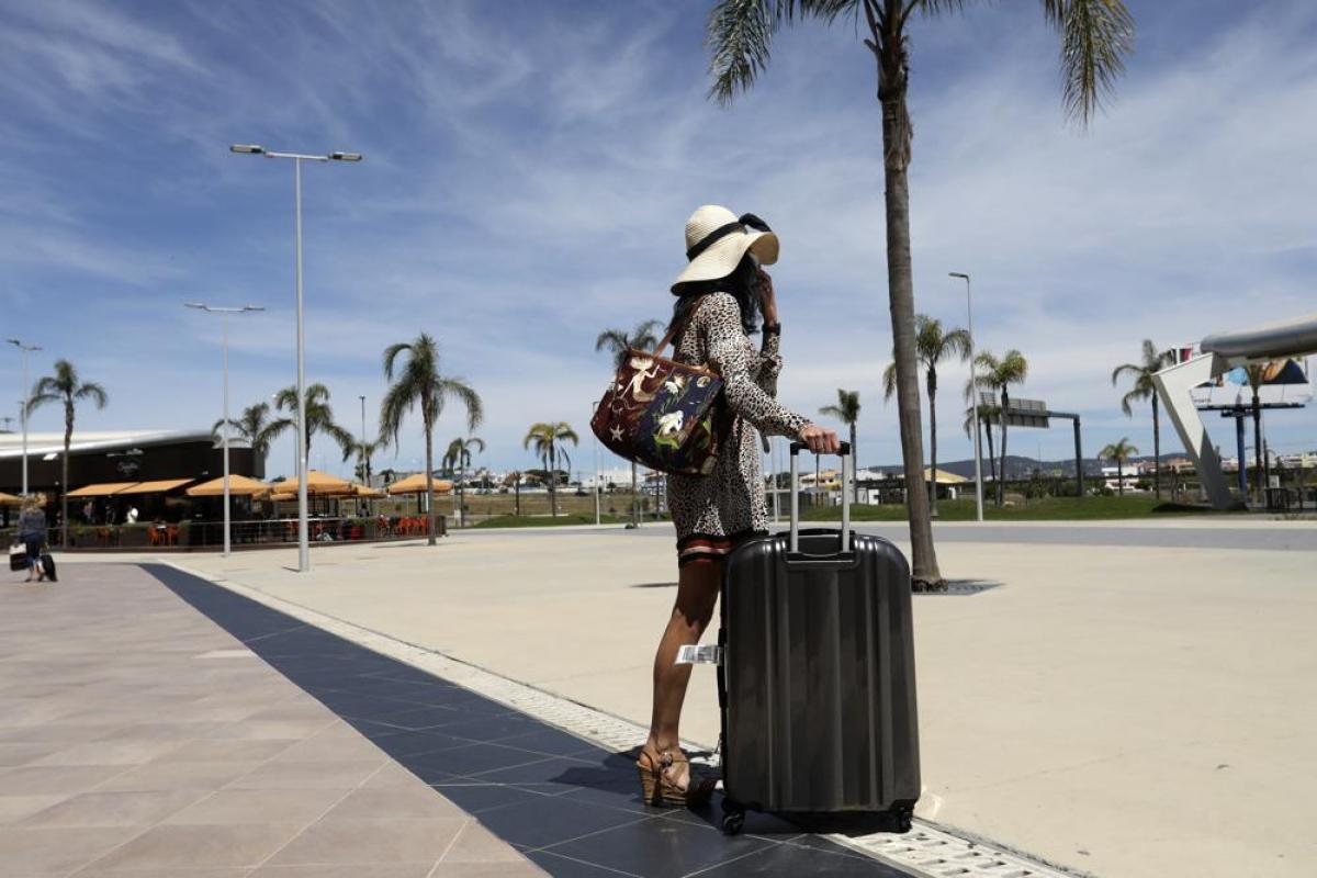 Một du khách tại sân bay Faro, vùng Algarve miền nam Bồ Đào Nha hồi tháng 5/2021.Nguồn: AP