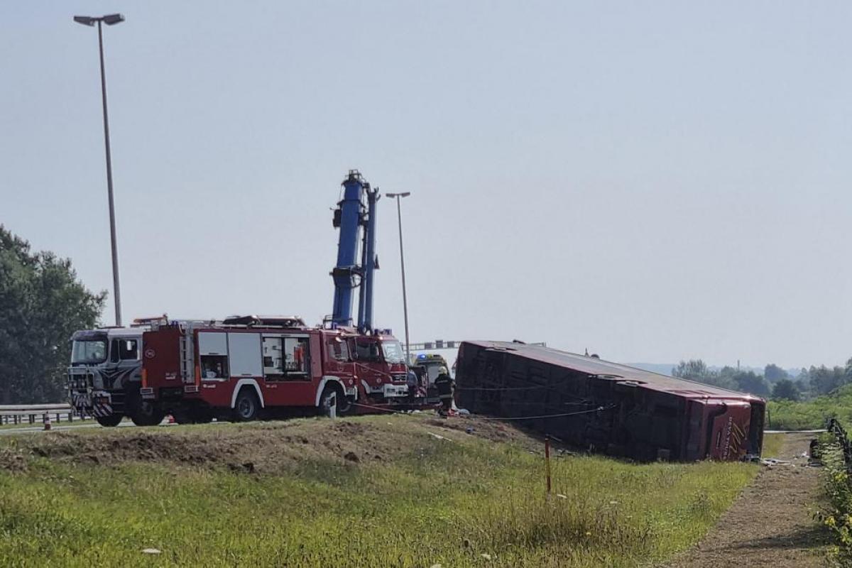 Hiện trường vụ tai nạn xe buýt tại Slavonski Brod, Croatia. (Ảnh: AP Photo/Luka Safundzic, SBonline)