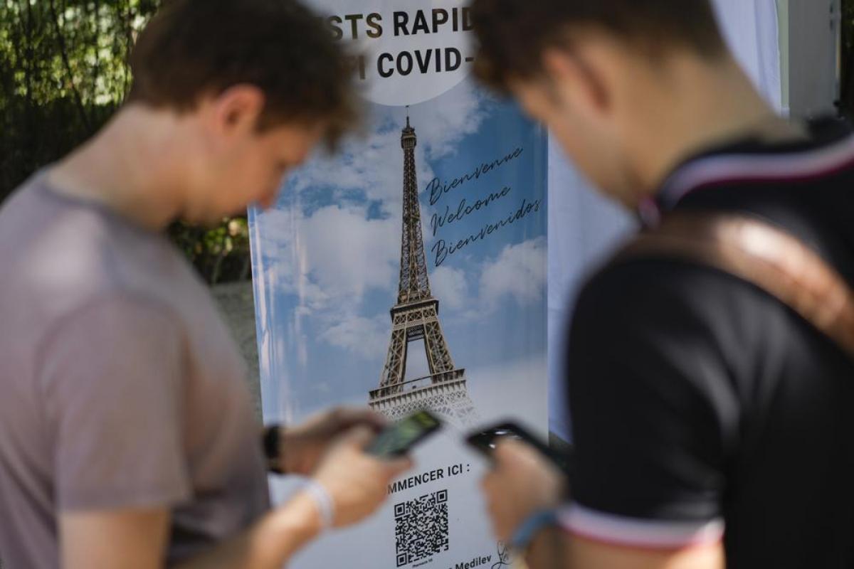 Pháp vừa bổ sung yêu cầu du khách vào tháp Eiffel phải xét nghiệm hoặc có chứng nhận Covid-19. Nguồn: AP