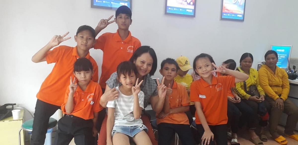 Chị Chử Thanh Hương với các em khiếm thính ở phòng học kĩ năng.