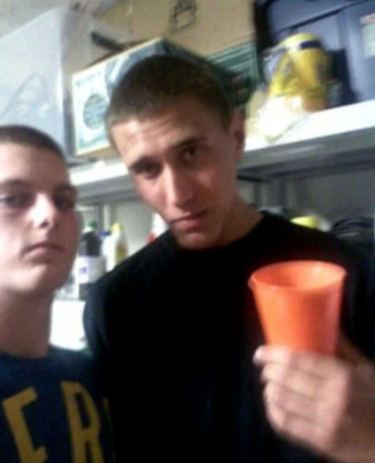 Đây là bức ảnh chụp Tyler Hadley - người đang cầm một chiếc cốc, trong một bữa tiệc tại nhà của đối tượng. Ngay trước bữa tiệc, hắn đã dùng búa sát hại cha mẹ mình và giấu xác của họ trong phòng ngủ./.